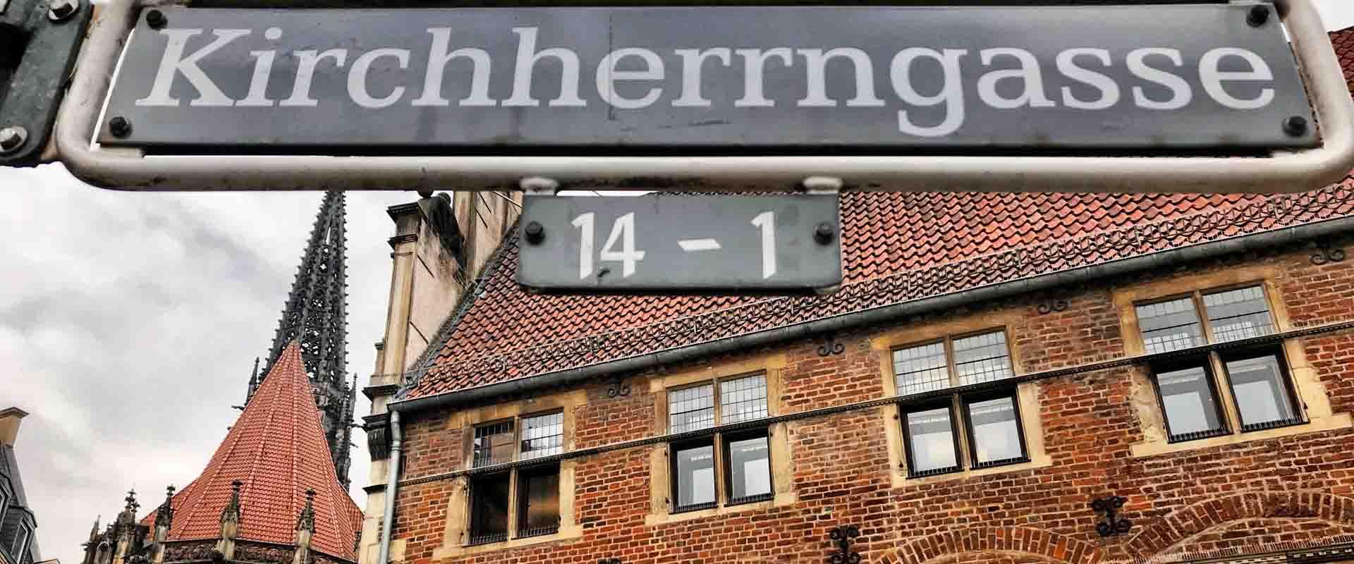Krameramtshaus und Lambertikirche mit Straßenschild